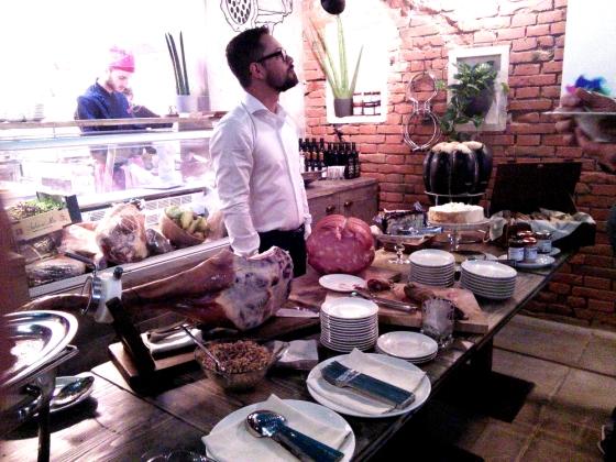 Il buffet allestito per la presentazione e il proprietario del Red Brick